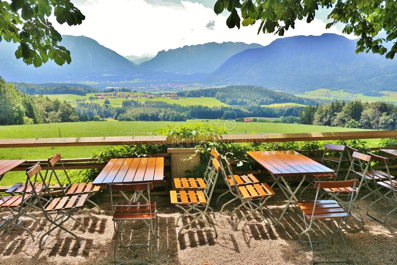 Download Restaurant De Jardin Sur Un Pâturage De Montagne Photo stock - Image du détendez, alpes: 76086966