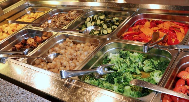 Restaurant de libre service avec beaucoup de plateaux remplis de dynamisme de brocoli image libre de droits