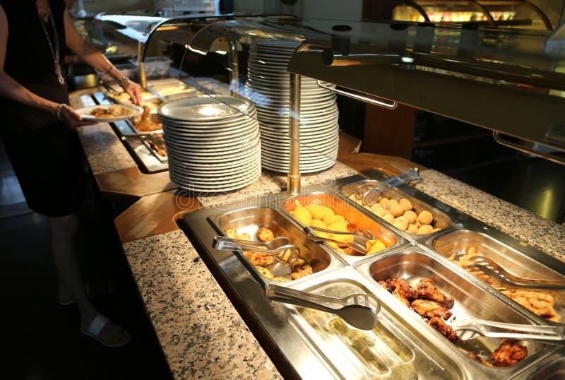 Restaurant de libre service avec beaucoup de plats et de plateaux complètement de nourriture images libres de droits