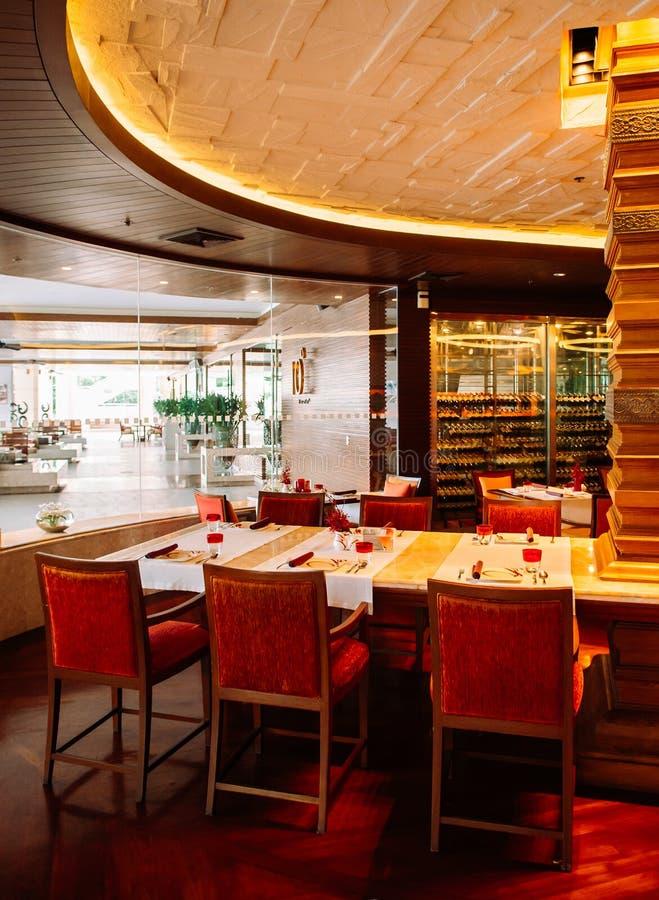 Restaurant de luxe asiatique d'hôtel de style avec les meubles colorés photos libres de droits