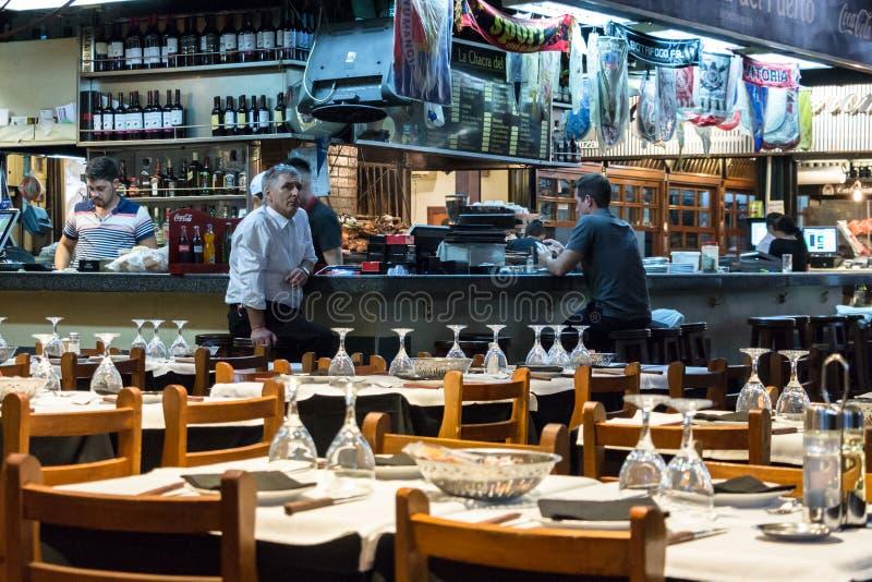 Restaurant de Parrilla de bifteck avec le compteur, les tabourets et les chaises en bois image stock
