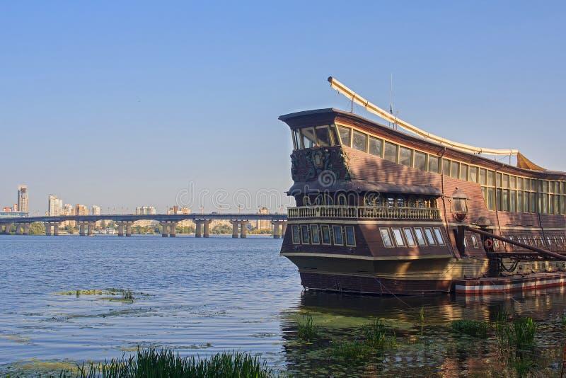 Restaurant de rivière dénommé comme navire de navigation antique photos stock