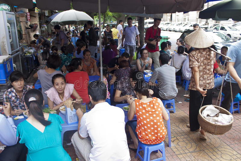 Restaurant de rue à Hanoï image stock