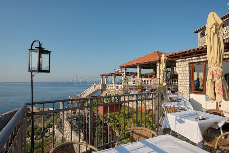 Restaurant de vue de mer dans la vieille ville d'Ulcinj, Monténégro photo stock