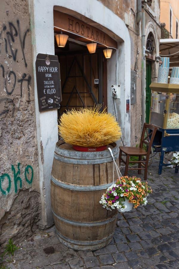 Restaurant an der alten Straße in Trastevere lizenzfreie stockbilder