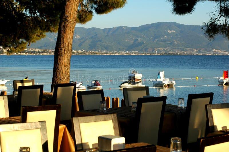 Restaurant dichtbij het overzees royalty-vrije stock fotografie
