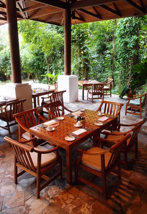 Restaurant dinant extérieur, environs de nature photographie stock