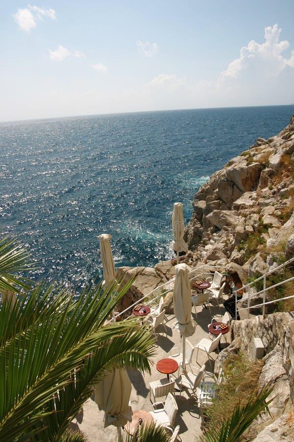 Restaurant durch das Meer in Italien lizenzfreies stockbild