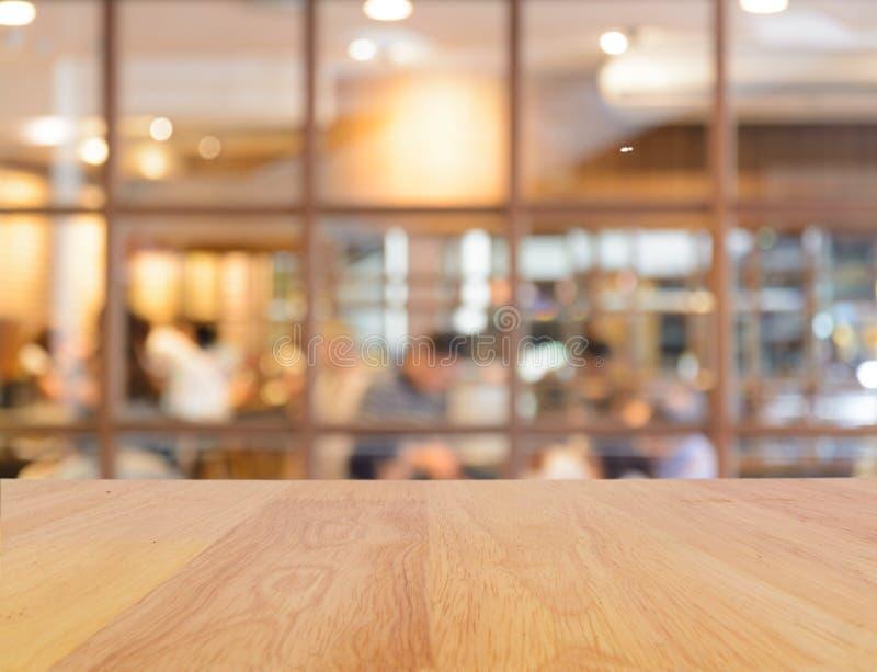 Restaurant en bois de table et de tache floue image libre de droits