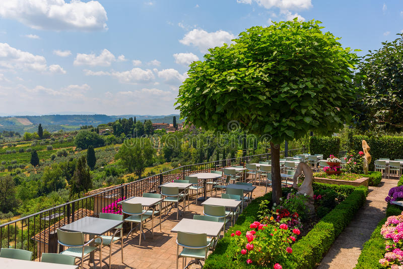 Restaurant extérieur au-dessus de paysage toscan image libre de droits