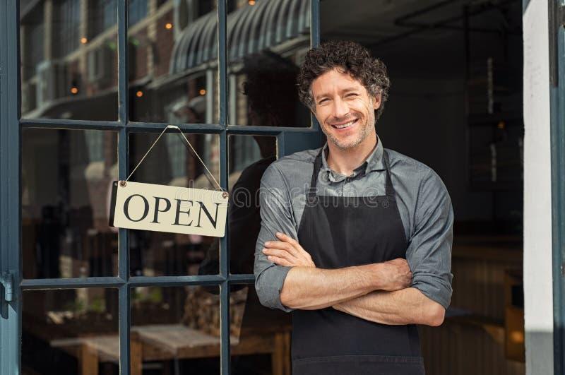 Restaurant extérieur debout de propriétaire image stock
