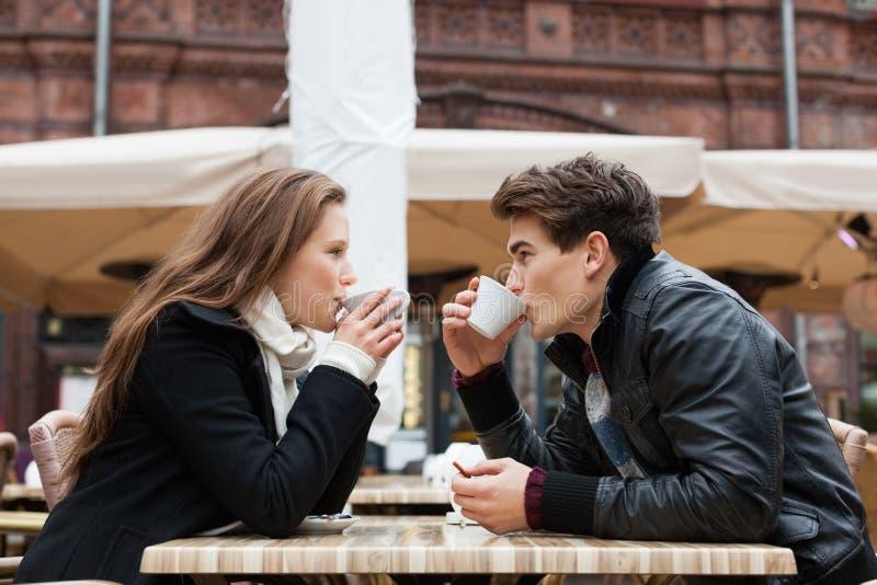 Restaurant extérieur potable de café de couples photographie stock