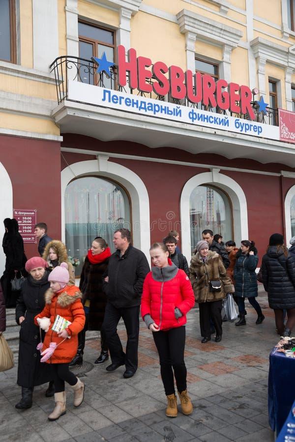 Restaurant Hesburger in Vladivostok, Rusland wordt geopend dat stock fotografie