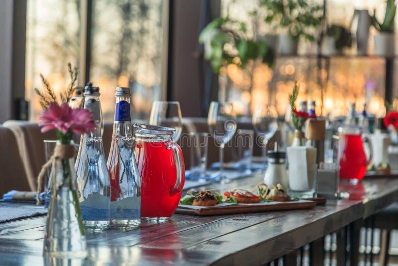 Restaurant het dienen, de glazen van het wijnwater, voorgerechten, bruschetta, royalty-vrije stock afbeelding