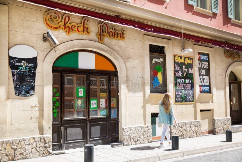 Restaurant italien et belle fille de marche en Côte d'Azur agréable et, France images libres de droits