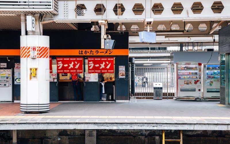 Restaurant japonais de Ramen de nouilles à la gare ferroviaire de Hakata à Fukuoka, Japon photo stock