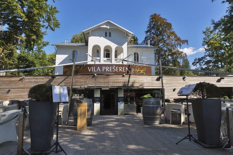 Restaurant-Landhaus Preseren am See geblutet in Slowenien lizenzfreie stockbilder