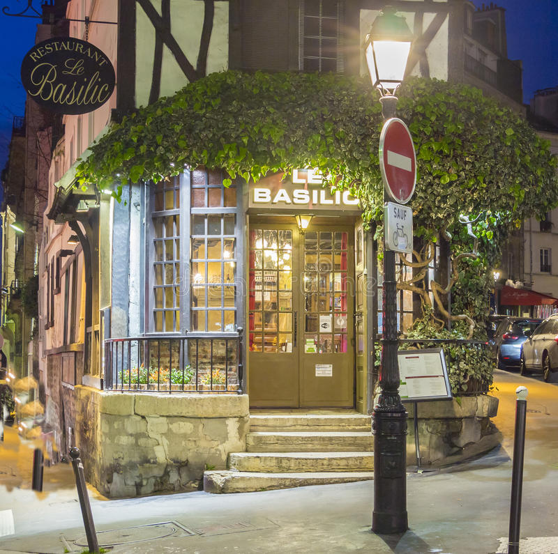 The restaurant le basilic montmartre quarter paris for Restaurant miroir montmartre