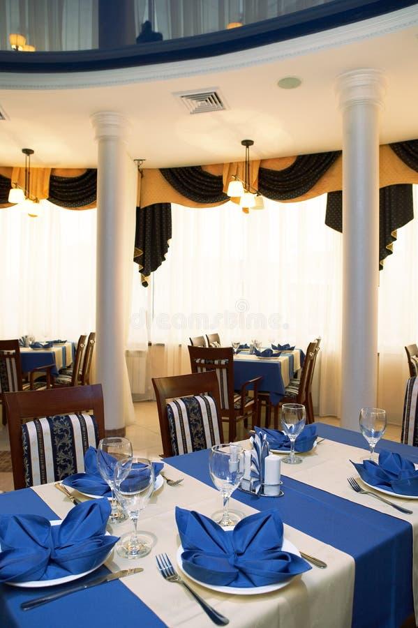 Restaurant met een spiegelplafond stock foto