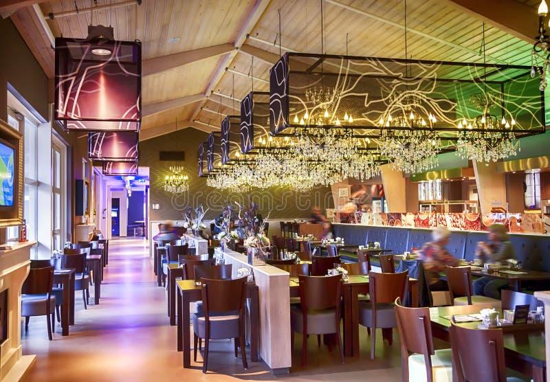 Restaurant met modieuze decoratie stock afbeelding