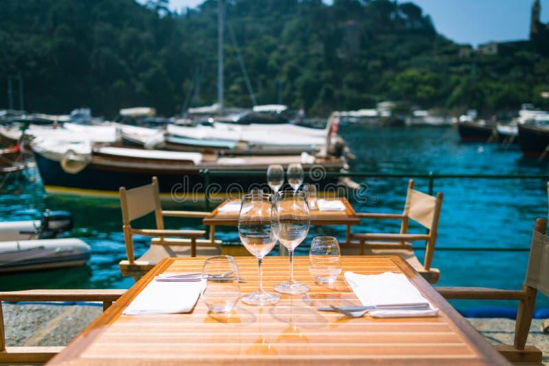 Restaurant mit einer Ansicht in Portofino, Italien lizenzfreie stockbilder