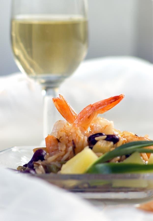 Restaurant mit Garnelen und Wein lizenzfreie stockfotos