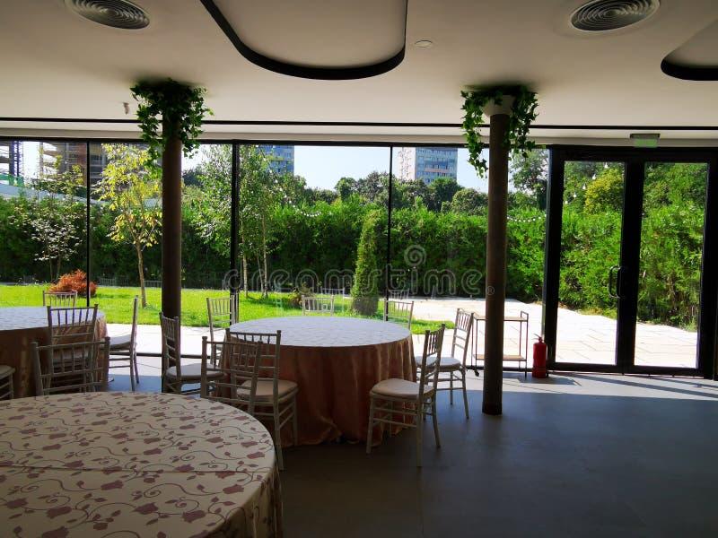 Restaurant mit Gartenansichtinnere stockfotos