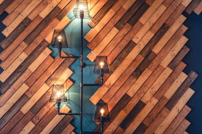 Restaurant mit rustikalen dekorativen Elementen Innenarchitekturdetails mit Lampen und Birnenlichtern Hölzerne Wanddekoration lizenzfreies stockfoto
