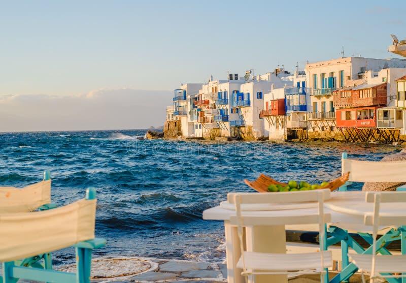 Restaurant nahe dem Meer in wenigem Venedig auf der Insel von Mykonos in Griechenland-Sonnenuntergang lizenzfreie stockfotos