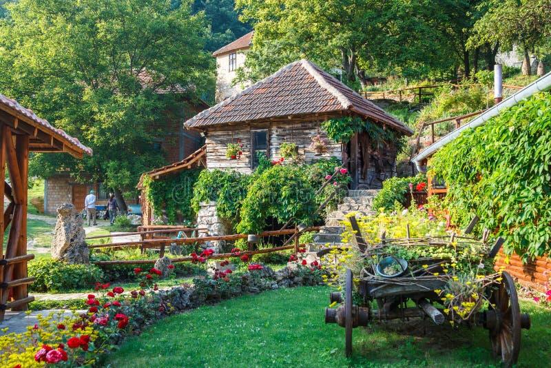 Restaurant nahe Wasserfall Veliki Buk stockfotos