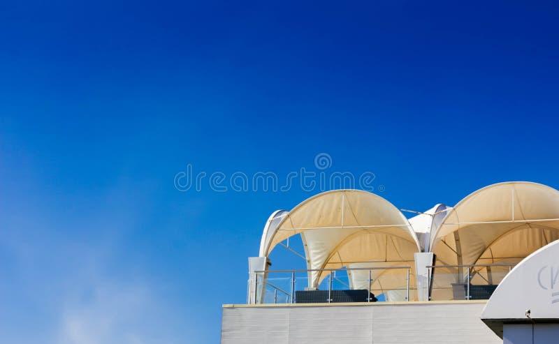 Restaurant op een dak met mooie blauwe hemel stock foto