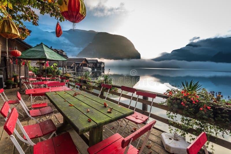Restaurant op het meer bij dageraad in de Alpen royalty-vrije stock afbeelding