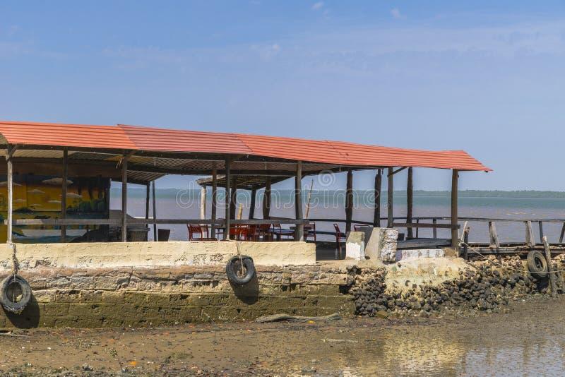 Restaurant op rivier Gambia stock foto's
