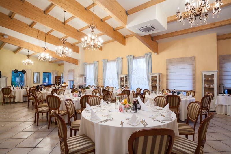 Restaurant prêt pour la réception de mariage photo stock
