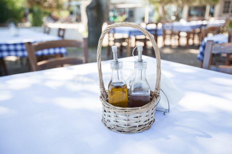 Restaurant réglé de vinaigrette image stock