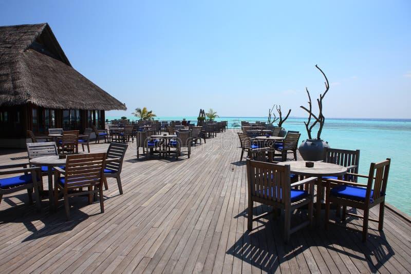 Restaurant sur la plage des Maldives images libres de droits
