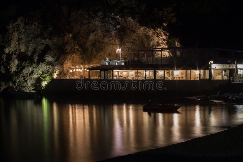 Restaurant sur la plage la nuit La Gr?ce photos libres de droits