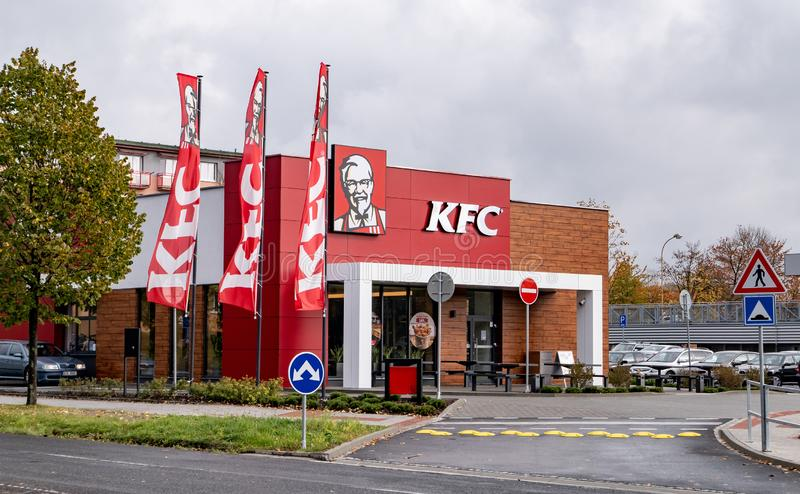 Restaurant tout neuf d'aliments de préparation rapide de KFC avec a commande-à travers la fenêtre dans Havirov photo stock