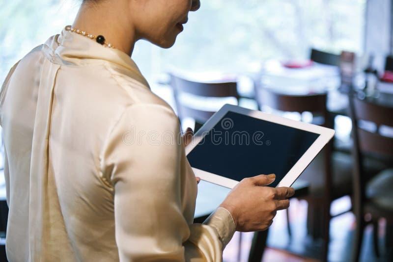 Restaurantbesitzer beschäftigt mit Arbeit stockbilder
