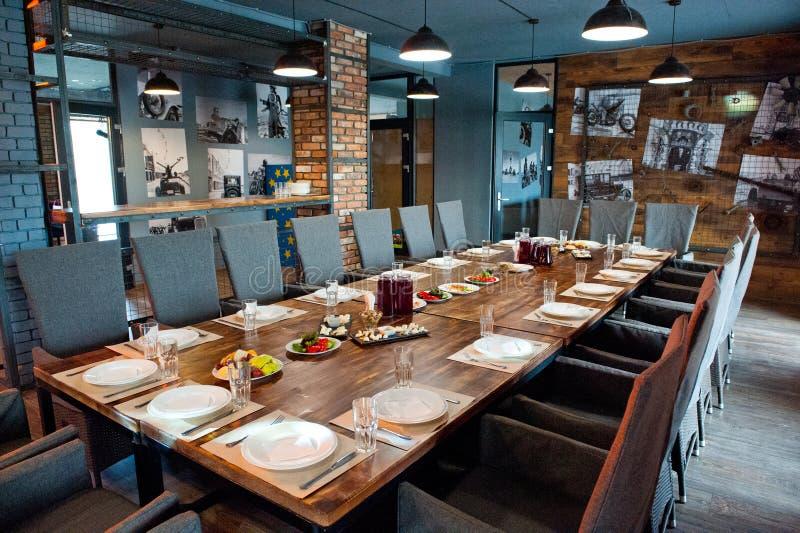 Restaurantbinnenland met gediende lijsten klaar voor de aankomst van gasten Geschoten onder natuurlijk licht royalty-vrije stock foto