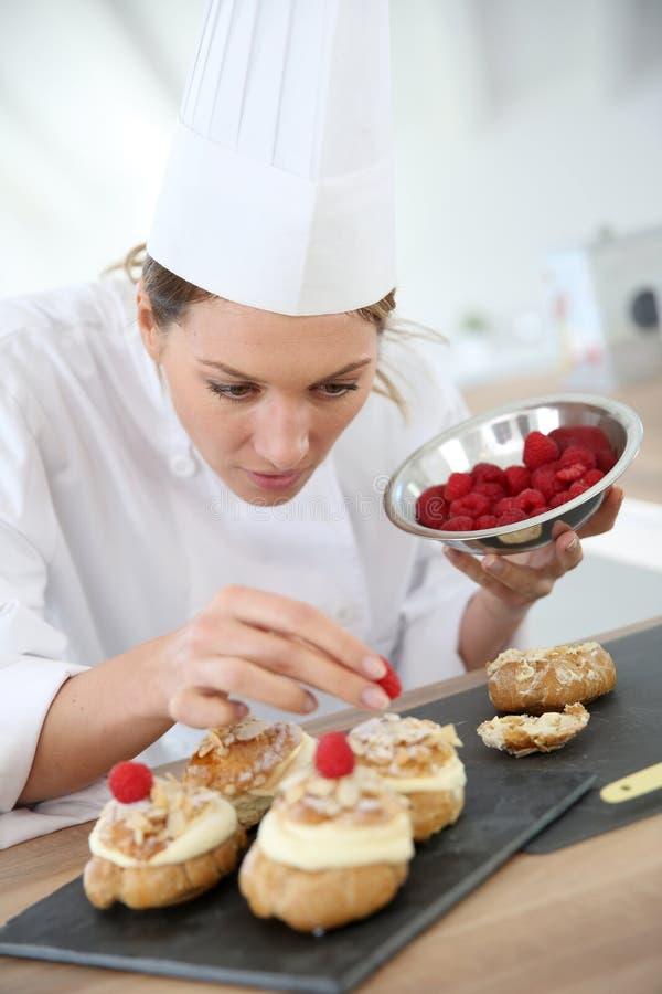 Restaurantchef-kok die gebakjes voorbereiden stock foto's
