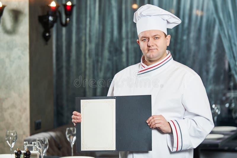 Restaurantchefkoch mit Menükarte stockfoto
