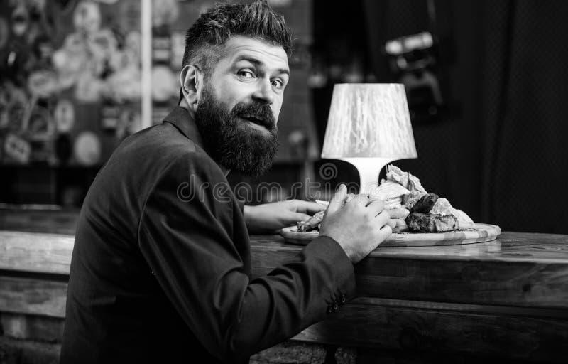 Restaurantcli?nt Zit het Hipster formele kostuum bij barteller De mens ontving maaltijd met het gebraden vlees van aardappelvisst royalty-vrije stock fotografie