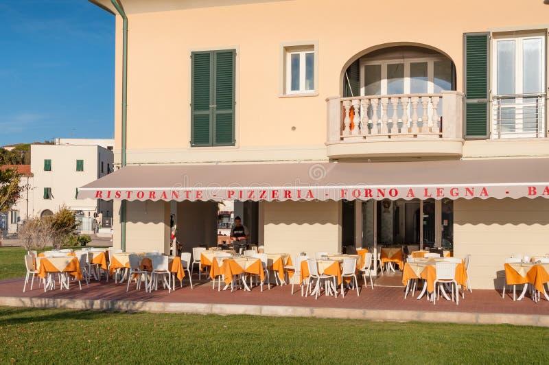Restaurante al aire libre con las tablas fijadas para la cena del fresco del al fotografía de archivo libre de regalías