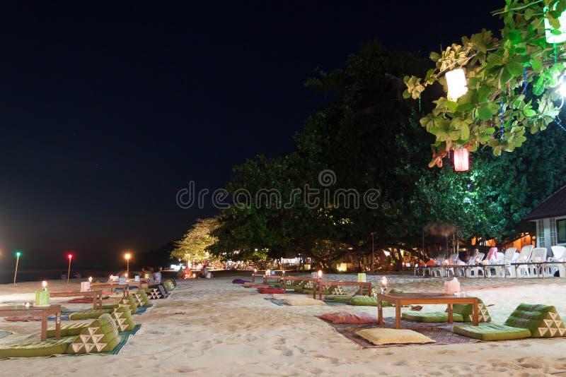 Download Restaurante Al Aire Libre En La Playa Foto de archivo - Imagen de silla, lámpara: 64207024