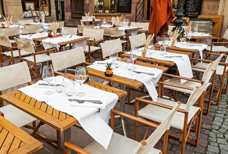 Restaurante al aire libre vacío con el sistema de la tabla fotos de archivo libres de regalías