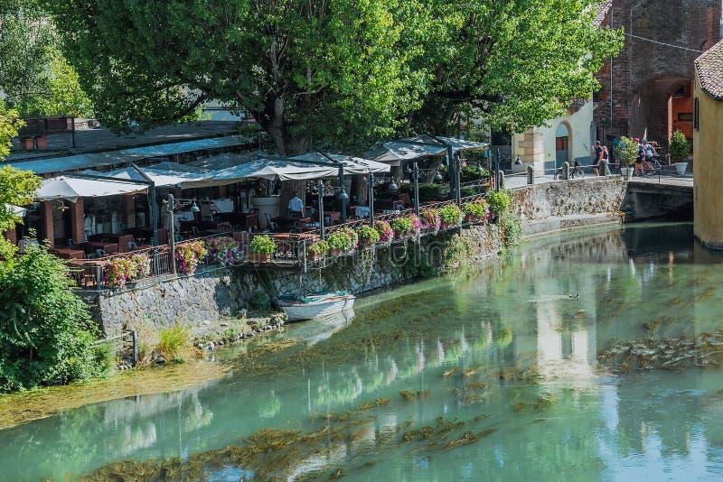 Restaurante antiguo de un pueblo y de un agua medievales italianos típicos imagen de archivo
