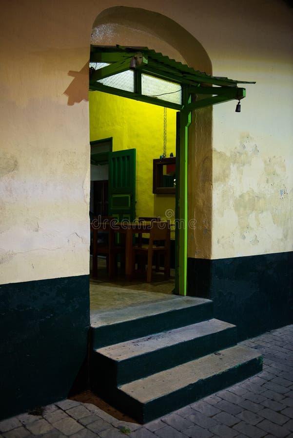 Restaurante, barra, puerta de la parrilla, entrada foto de archivo