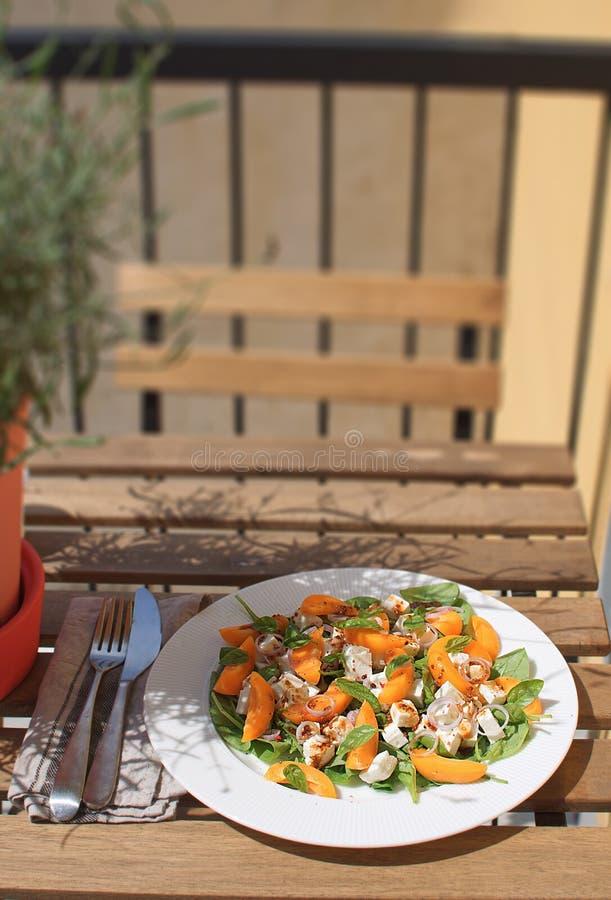 Restaurante branco da rua da placa do conceito saudável fresco comer do queijo de feta dos espinafres dos abricós da salada imagens de stock