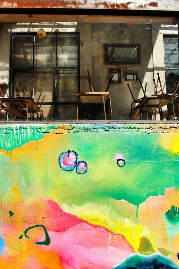 Restaurante cerrado con la pared pintada colorida fotos de archivo libres de regalías